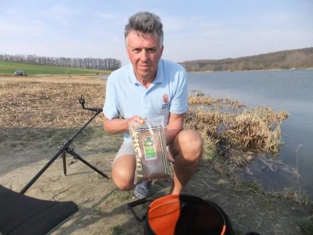 Feederes horgászoknak, pontyos vizekre szánt kiváló etetőnk a Carp Specimen