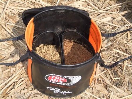 A kétféle etetőanyag külön-külön, kiszáradás, vagy elázás nélkül tárolható ebben az etetőkeverőben