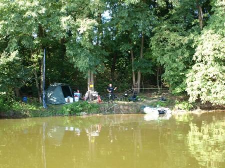 Egy erdős részen volt a tábor, amelyet a fekvése miatt csak a vízről lehetett megközelíteni