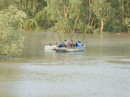 A helyiek arról tájékoztattak minket, hogy az évszázad áradása van, így horgászhatatlan az élő folyó
