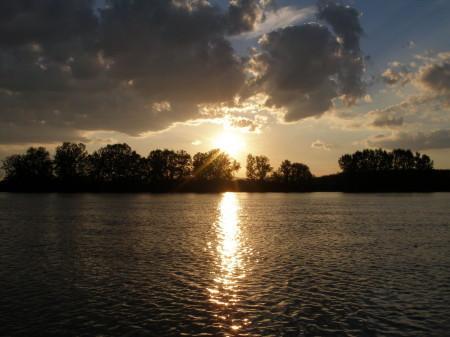 Ez az a pillanat, amikor én is kimerészkedek a szabadba, és vízre szállok. Az árnyékos oldalon motorozok felfelé a folyón