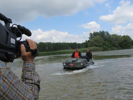 A fiúk szerint egy plusz csónakmotorral még gyorsabb a vízen