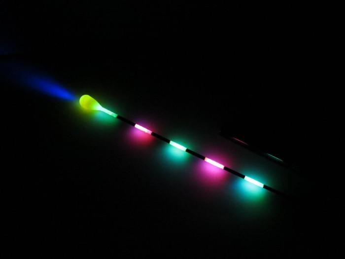 Ha a lítium elemet – a tűs végénél – beledugjuk az antennába, akkor azonnal világítani fog!