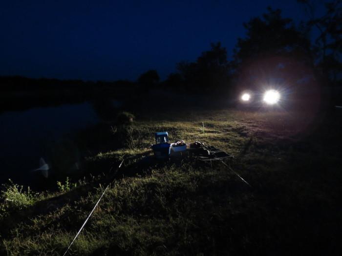 És még valami! A nappali hőség után fantasztikus az esti, éjszakai lágy szellő, a csillagos ég, a horgásztársak történetei