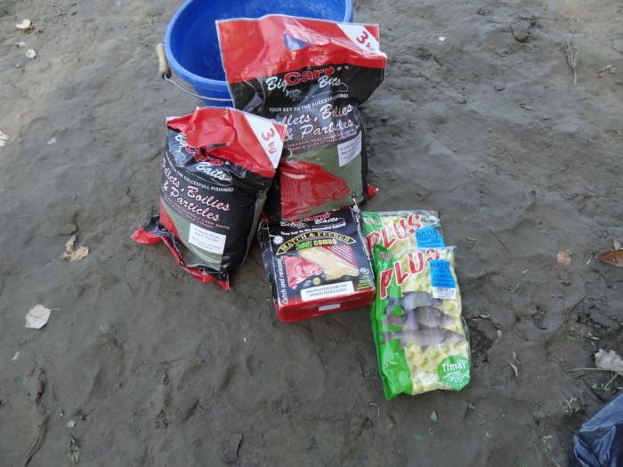 Vegyünk elő egy BIG CARP Baits FLUORE ESSENCE Combo-t, mondjuk ananász-vajsav ízesítésben (a kedvencem!), egy-két csomag Big Carp Baits Grasscarp Dream Bag & Stick Mix-et