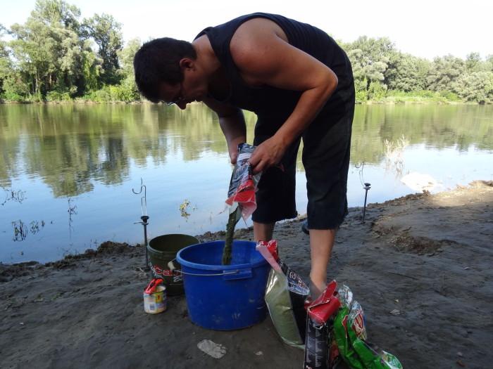 Először a Big Carp Baits Grasscarp Dream Bag & Stick Mix-et bontsuk ki, és öntsük bele egy vödörbe