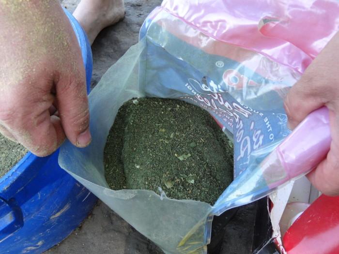 Majd kibontunk egy újabb Big Carp Baits Grasscarp Dream Bag & Stick Mix-et (amennyiben sok-sok etetőanyagra van szükségünk) de természetesen mindenből egy-egy zacskó is bőven elég egy egy-két napos pecára. Én itt háromnapi adagot kevertem ki!