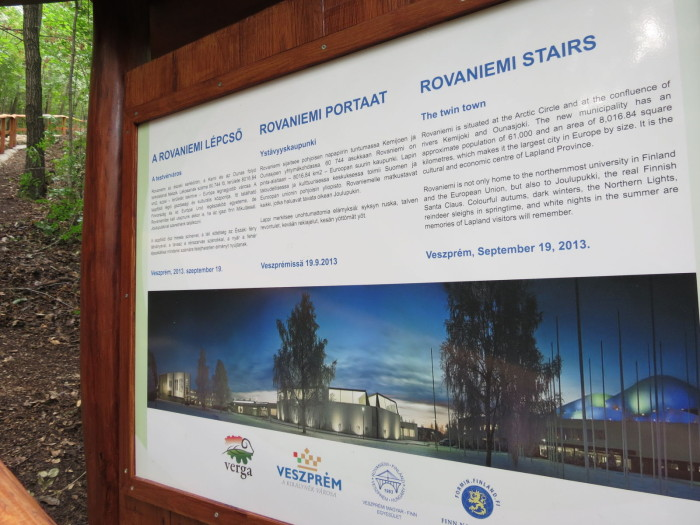 A lépcső megépítésének gondolata először 2011-ben merült fel a Veszprémi Magyar – Finn Egyesület elnökében a Kolostorok és kertekben szervezett programon. A Séd völgyébe látogató finn és magyar vendégeket csak igen körülményes és hosszadalmas úton lehetett a sziklaszirten álló kilátóhoz eljuttatni. A VERGA Zrt. – teljes egészében saját költségén – megépítette a lépcsőt
