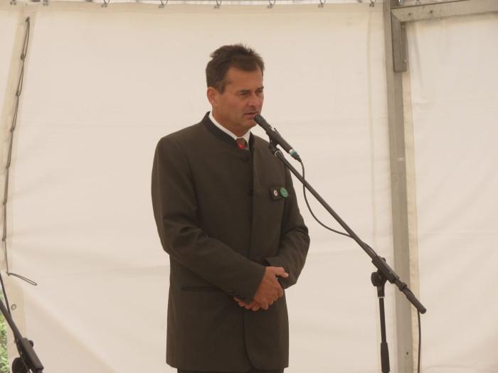 A Maderspach Viktor kilátót, valamint a várpalotai kerékpárutat és erdei tornapályát Hende Csaba honvédelmi miniszter, valamint Tengerdi Győző, a VERGA Zrt. vezérigazgatója adta át - 1