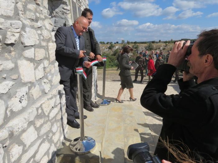 A Maderspach Viktor kilátót, valamint a várpalotai kerékpárutat és erdei tornapályát Hende Csaba honvédelmi miniszter, valamint Tengerdi Győző, a VERGA Zrt. vezérigazgatója adta át - 3