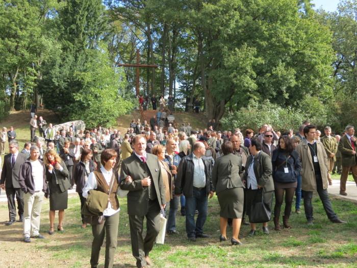 A Magyarság Keresztjének felavatása után a vendégek a Ugyancsak az arborétumban kapott helyet a Példaképek Emlékparkjához sétáltak
