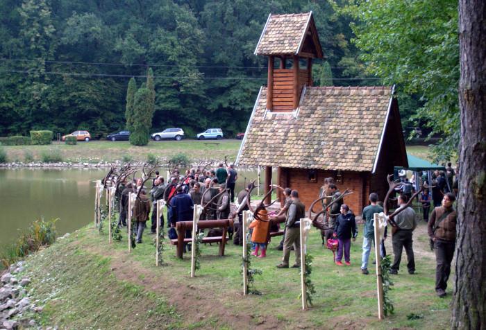 A Gyulaj Erdészeti és Vadászati Zrt. szeptember 26-án, Tamásiban, a Miklósvári Parkerdő Hubertus-kápolnájánál tartotta meg hagyományos trófeamustráját