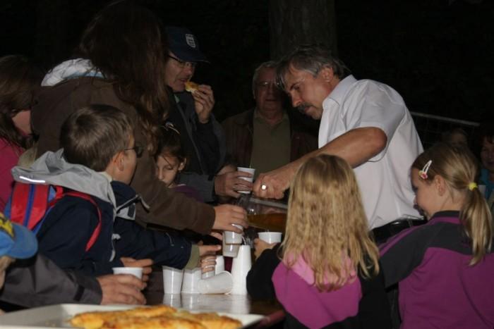 Rengeteg gyerek érkezett a helyszínre, hogy egy bögre forró teával és egy friss péksüteménnyel a kezében megismerkedjen az erdők sajátos világával, s bepillantást nyerjen az erdészek, vadászok életébe is