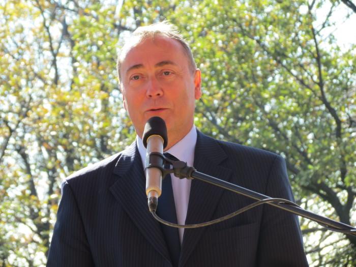 Dr. Kovács Zoltán, Veszprém Megye kormánymegbízottja a nyitott erdők jelen, és jövőbéli lehetőségét hangsúlyozta, majd rátért a megyei közjóléti beruházások eredményeire, és megemlékezett a névadó Vitéz Bertalan Árpádról