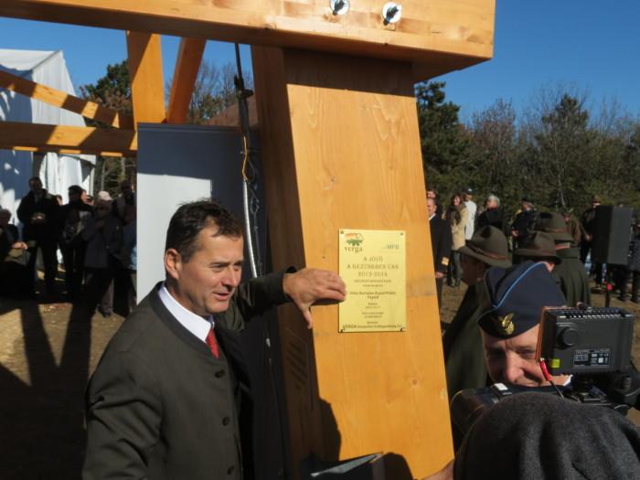 Az átadók emléktáblát helyeztek el a Kilátó egyik oszlopán, majd a  nemzeti színű szalag átvágása következett