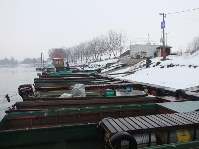 A kikötőben a csónakot ki kell szabadítani a jég fogságából
