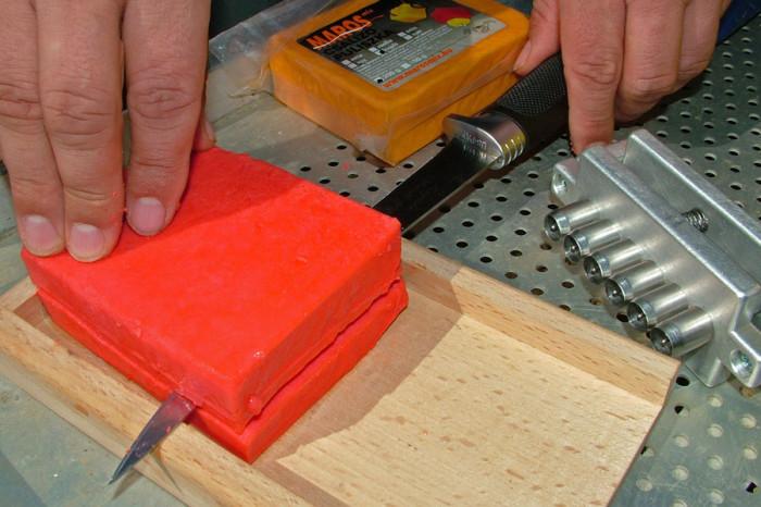 """A """"puliszka pellet"""" elkészítésének első lépése, hogy a tömböt egy éles kés segítségével fel kell szelni"""