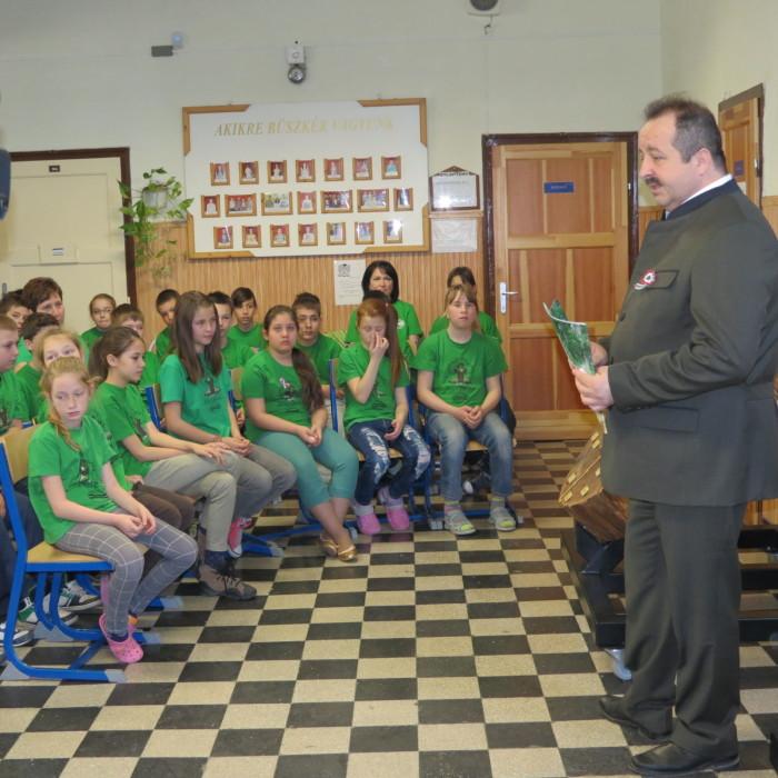 Az egyik muzeális értékű fakorongot Orbán Tibor vezérigazgató - Kisalföldi Erdőgazdaság Zrt. - adta át a gyermekeknek