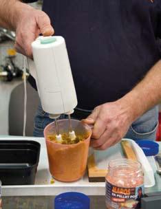 Egy konyhai robotgéppel keverjük össze a tésztát